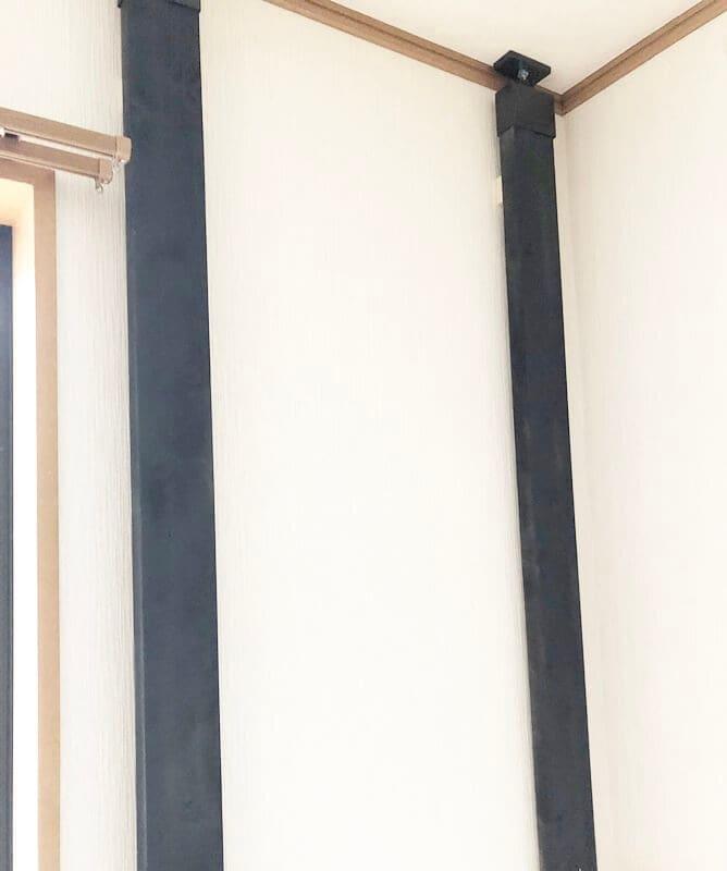 壁面に柱を立てた