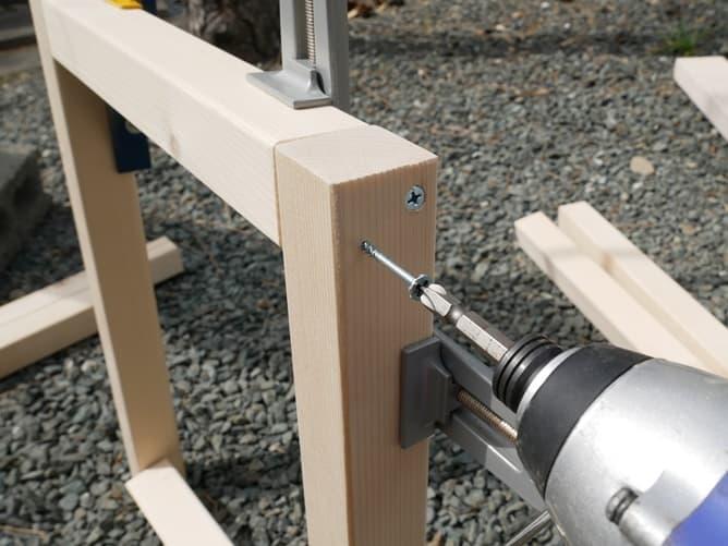 木材にインパクトを使ってネジを締める